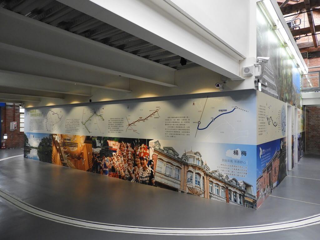 桃園軌道願景館的圖片:小火車旁的許多桃園市特色介紹