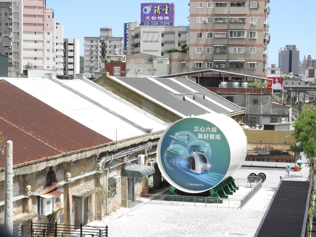 桃園軌道願景館的圖片:從桃園車站天橋上拍攝的軌道願景館