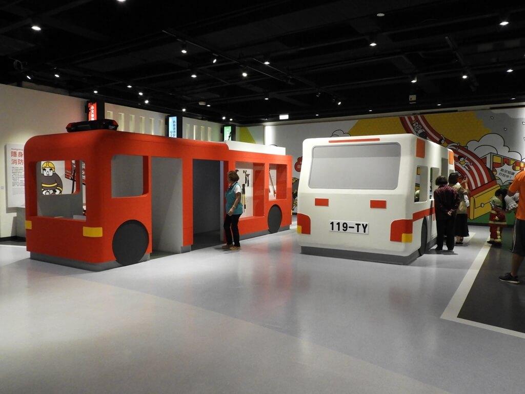 桃園市消防局訓練中心暨防災教育館的圖片:消防車與救護車介紹互動區