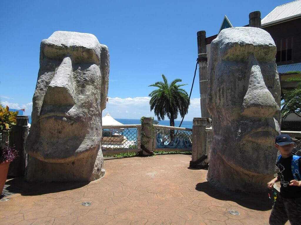 花蓮遠雄海洋公園的圖片:探險島水族館入口兩旁的巨臉