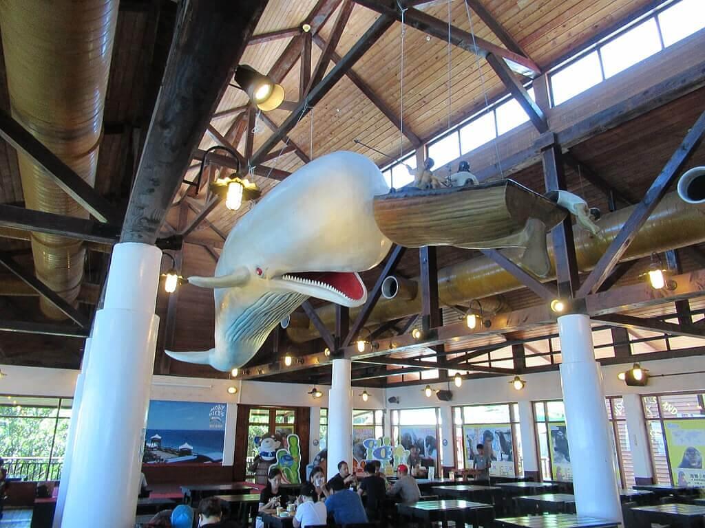 花蓮遠雄海洋公園的圖片:莫比迪餐廳內的鯨魚及小船裝飾