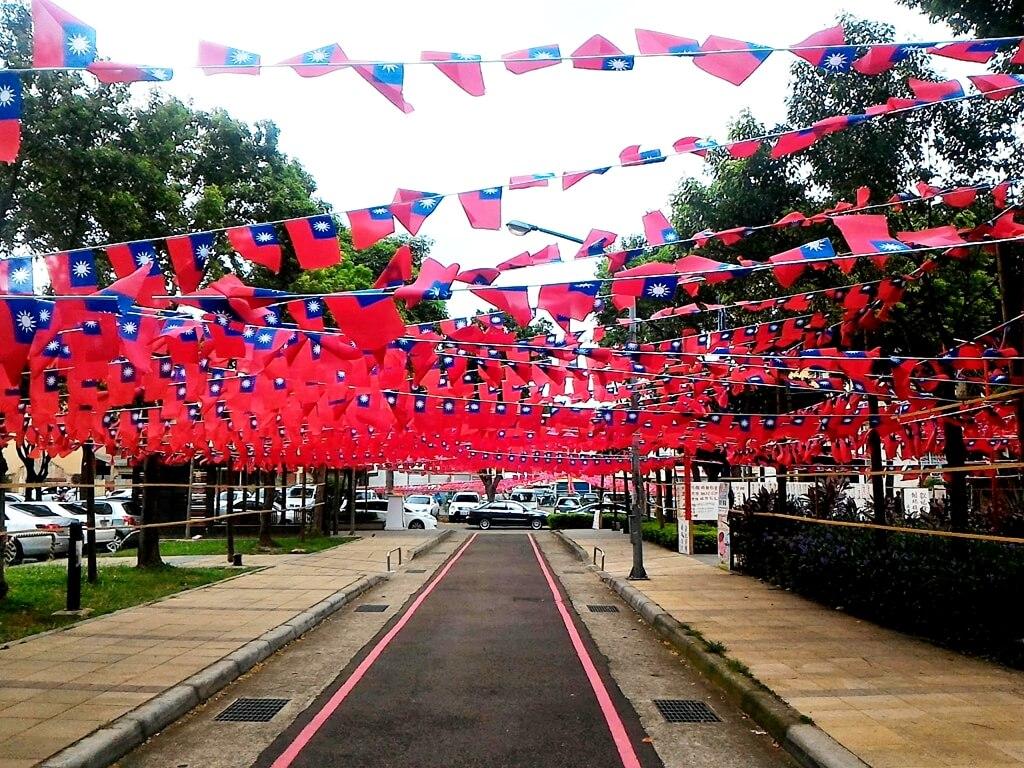 平鎮雲南文化公園的圖片:車道上的國旗