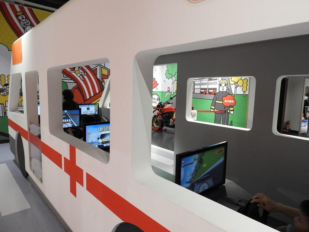 桃園市消防局訓練中心暨防災教育館的圖片:在救護車內體驗救護車駕駛挑戰關卡