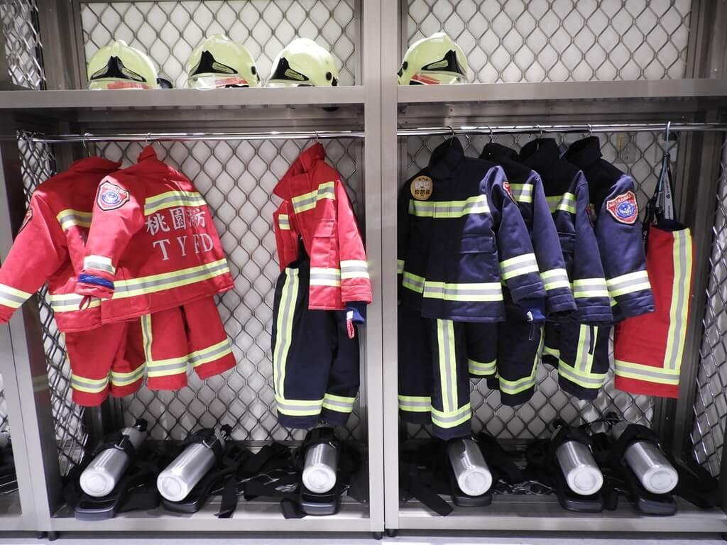 桃園市消防局訓練中心暨防災教育館的圖片:兒童消防衣褲、頭盔、鋼瓶