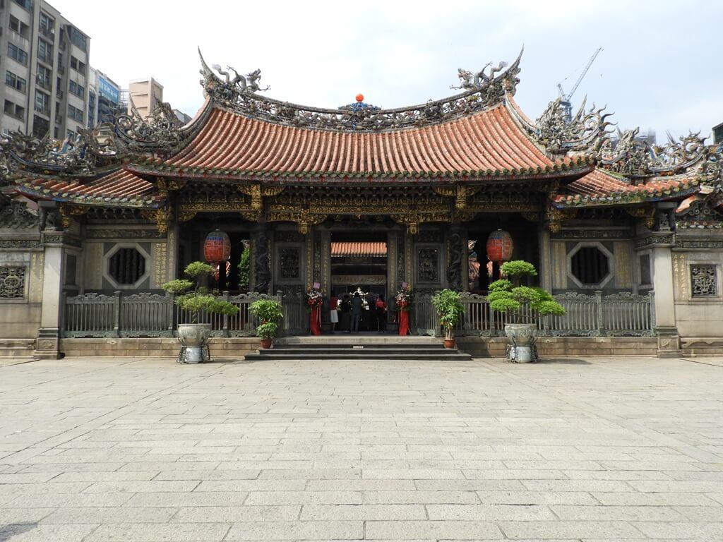 艋舺龍山寺的圖片:龍山寺三川殿正面及廣場