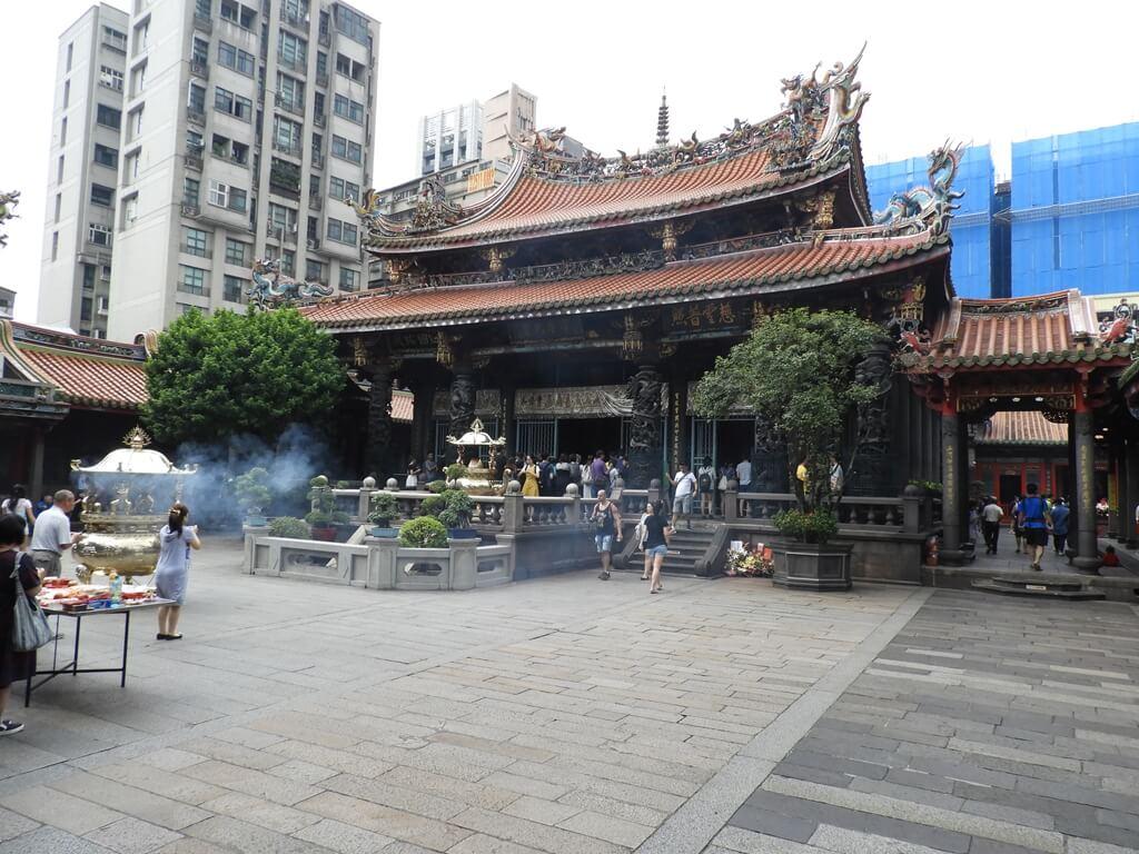 艋舺龍山寺的圖片:龍山寺中殿及廣場
