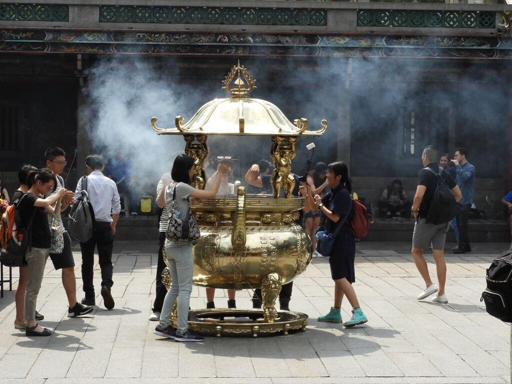 艋舺龍山寺的圖片:香火鼎盛的香爐