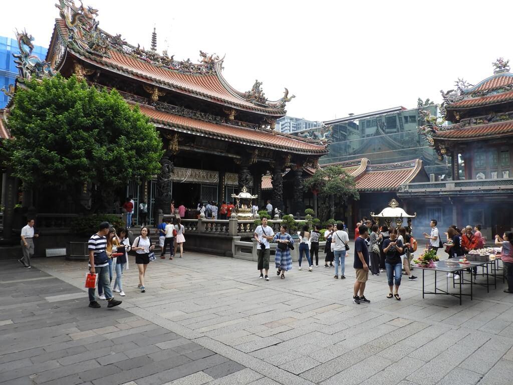 艋舺龍山寺的圖片:中殿及絡繹不絕的香客