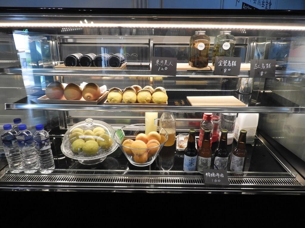 新竹市鐵道藝術村的圖片:各式飲品及水果的冰箱