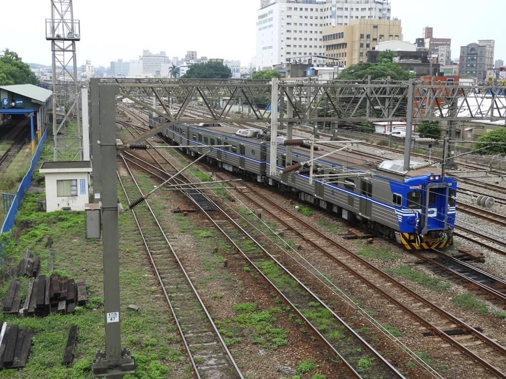 新竹市鐵道藝術村的圖片:東大路天橋上拍到的鐵道及區間車