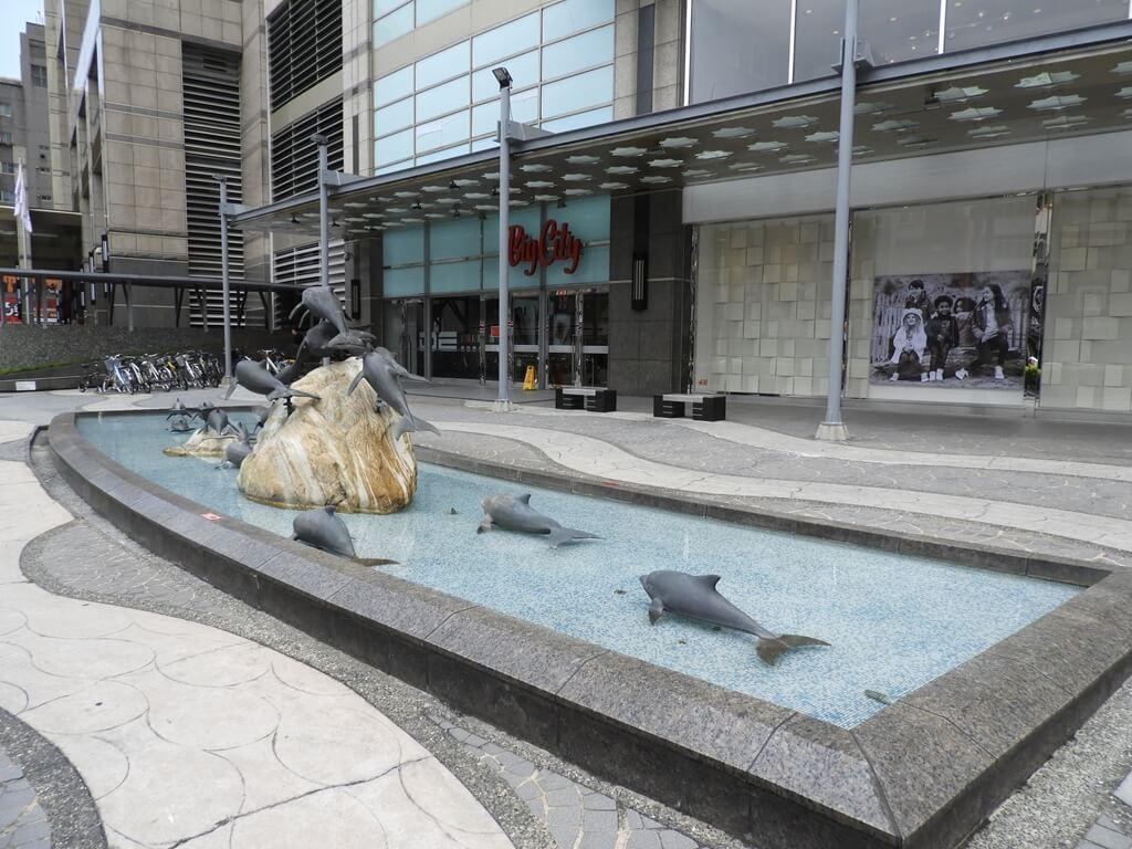 Big City 遠東巨城購物中心的圖片:側門及水池