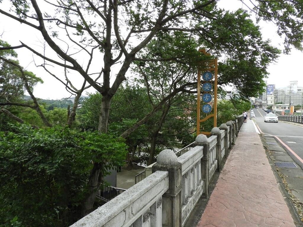 東安古橋(牛欄河親水公園)的圖片:中山東路旁前往東安古橋的路標