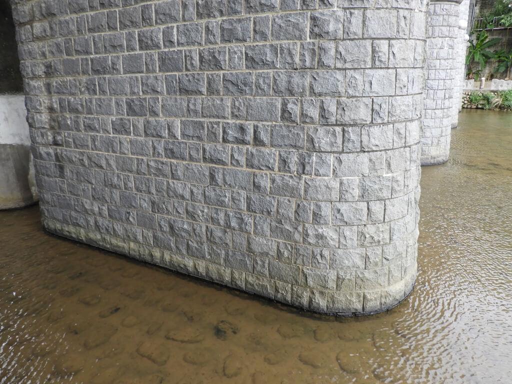 東安古橋(牛欄河親水公園)的圖片:東安古橋的橋墩(123655978)