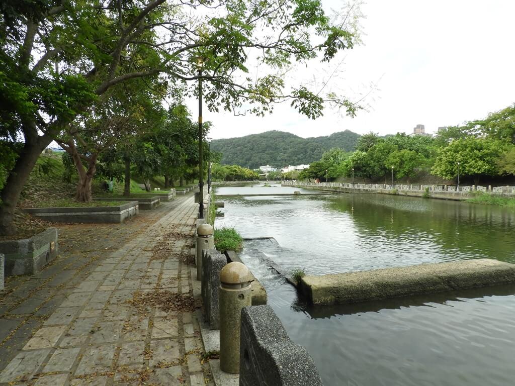 東安古橋(牛欄河親水公園)的圖片:牛欄河及河濱走道(123655982)