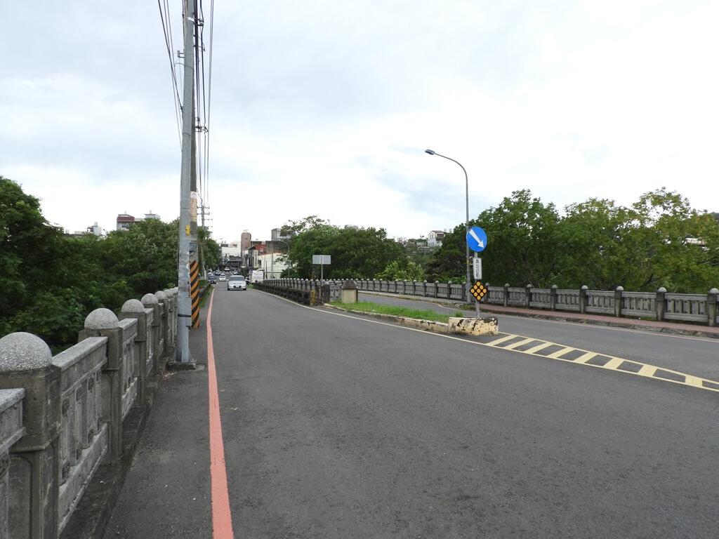 東安古橋(牛欄河親水公園)的圖片:東安橋上是一般的柏油道路