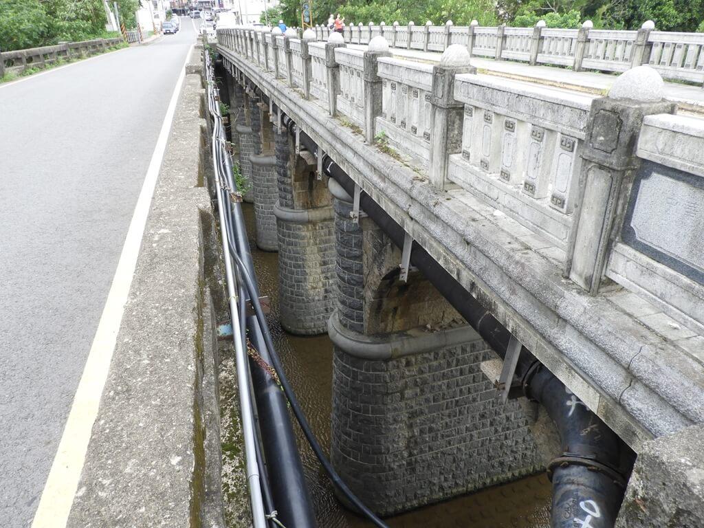 東安古橋(牛欄河親水公園)的圖片:在東安橋上的中央縫縫往下看