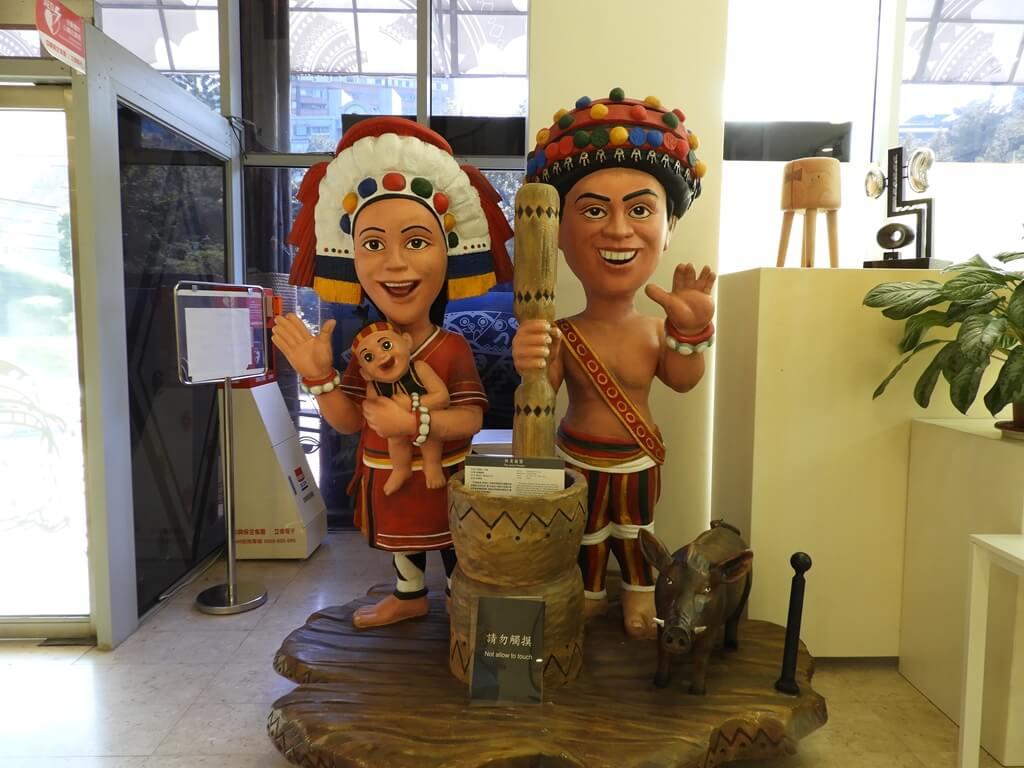 凱達格蘭文化館的圖片:一樓大廳旁的原住民人偶