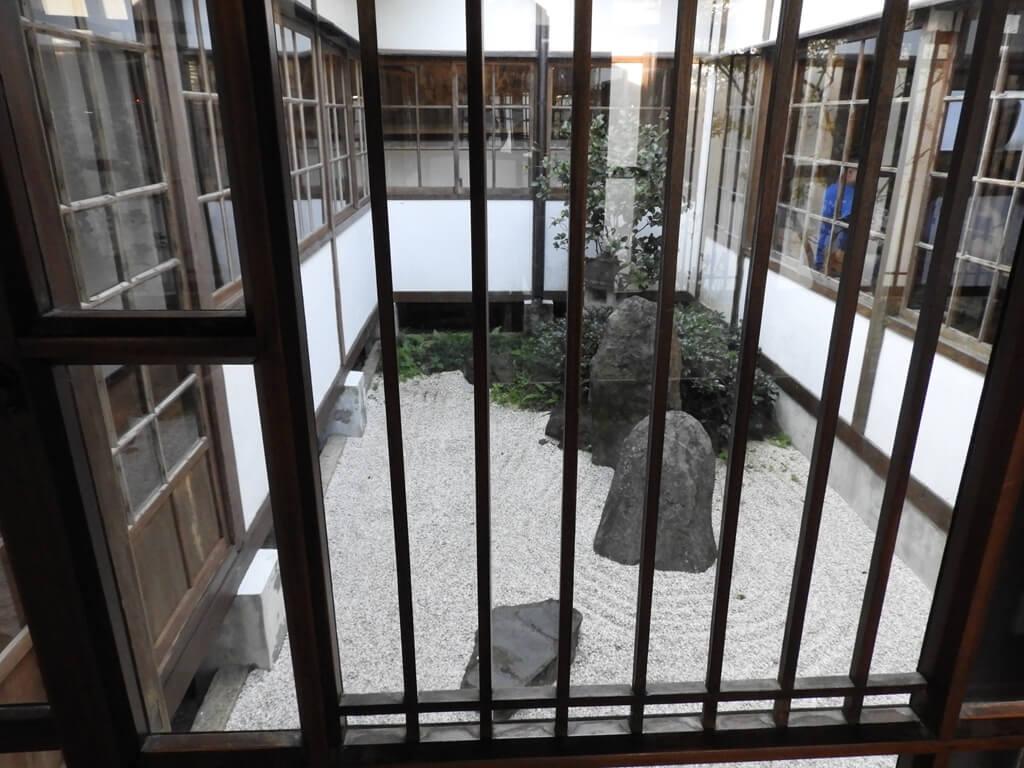 北投文物館的圖片:木窗框及露天的園藝空間