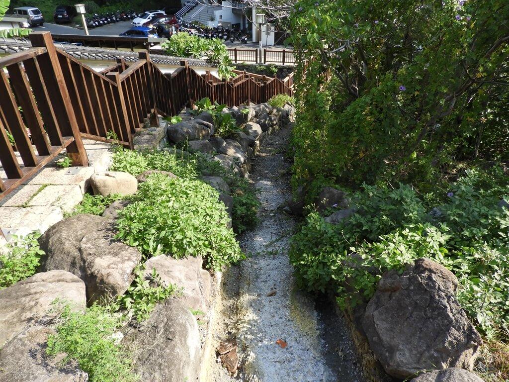 北投千禧湯露天溫泉(北投公園露天溫泉)的圖片:階梯旁的小水溝