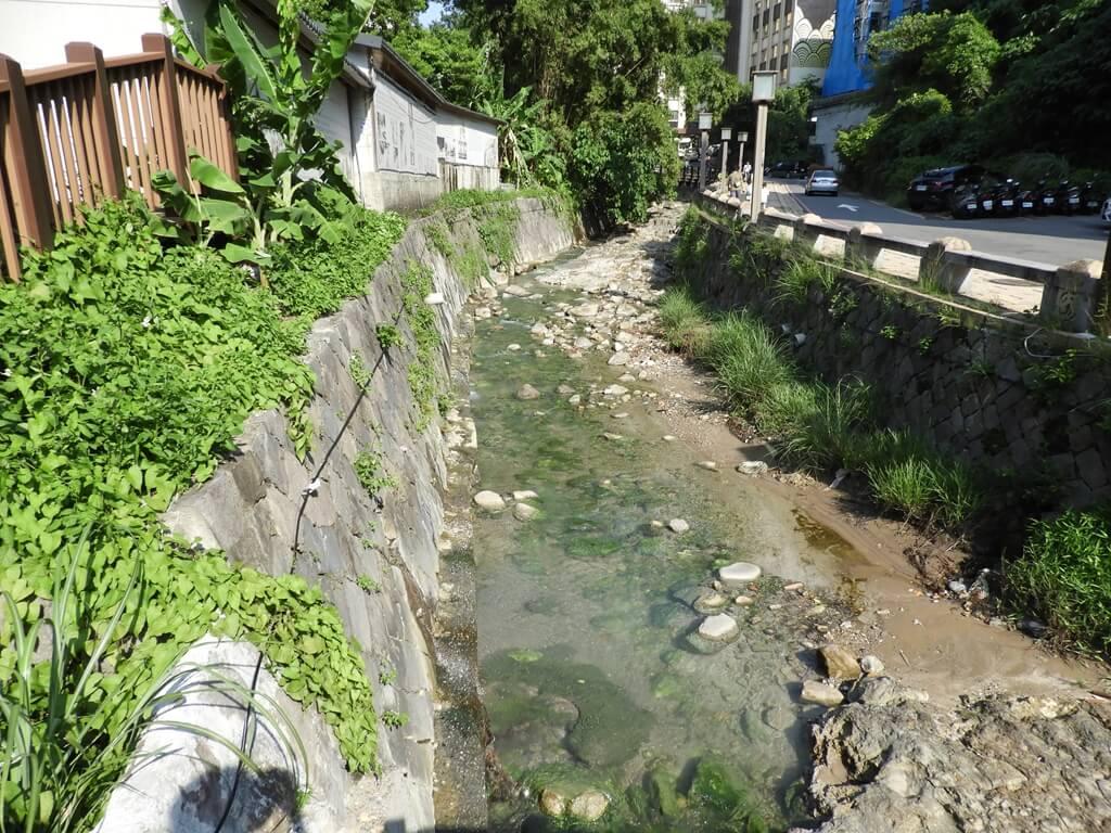 北投千禧湯露天溫泉(北投公園露天溫泉)的圖片:下方的溫泉溪