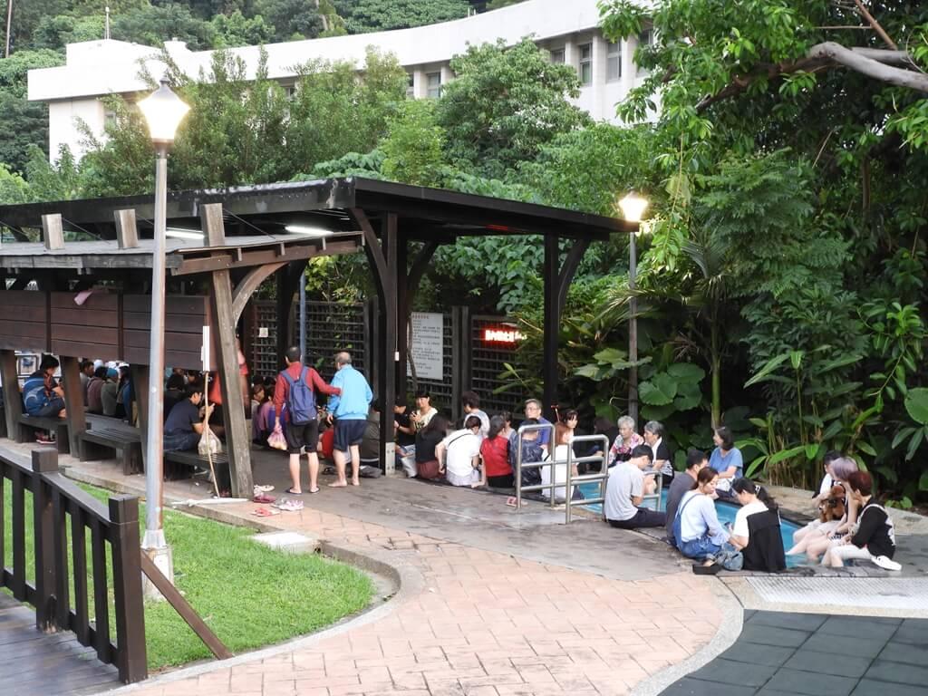 北投泉源公園溫泉泡腳池園區的圖片:另一側也同樣是許多人潮