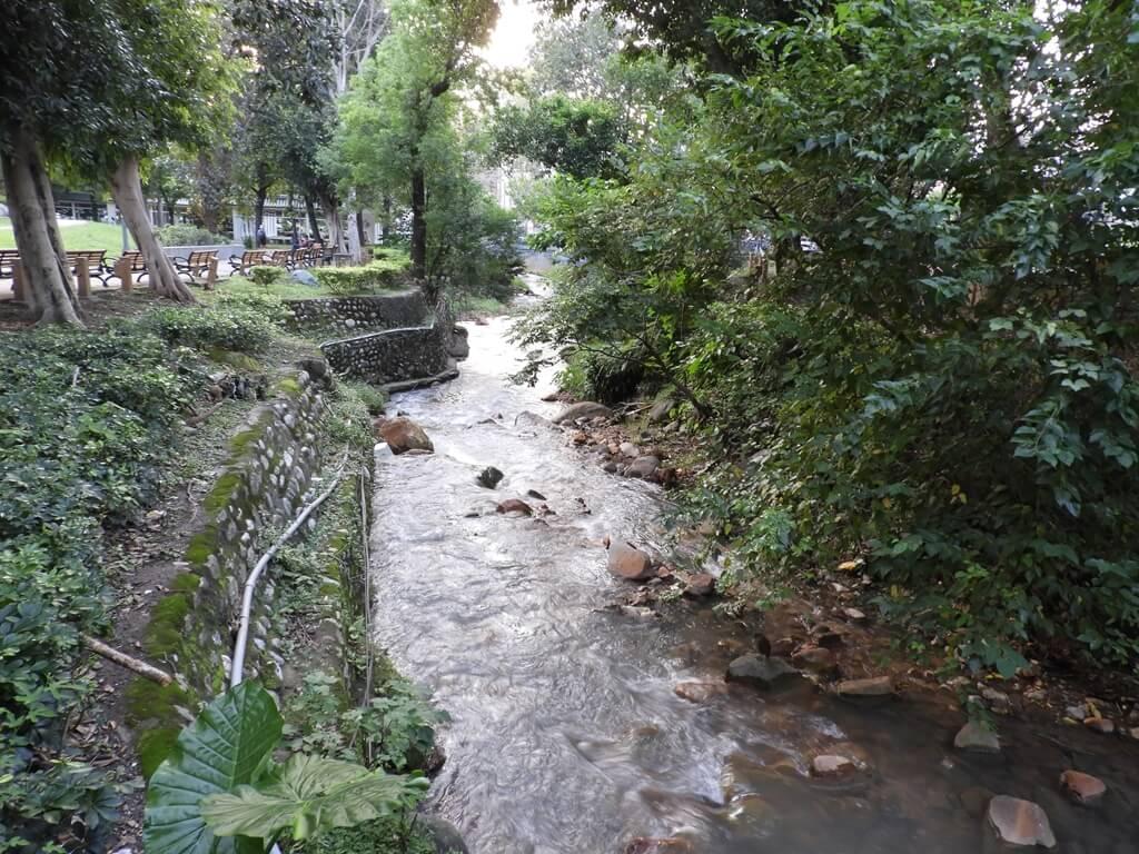 北投泉源公園溫泉泡腳池園區的圖片:流經泉源公園的礦港溪
