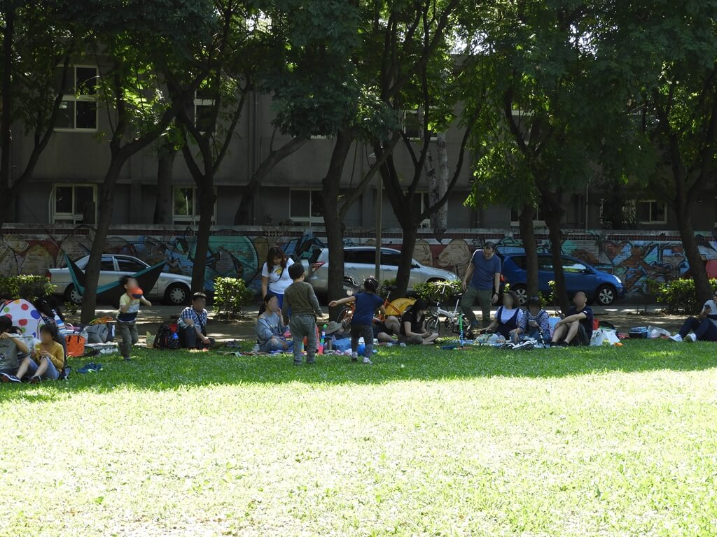 板橋435藝文特區的圖片:樹蔭下的遊客