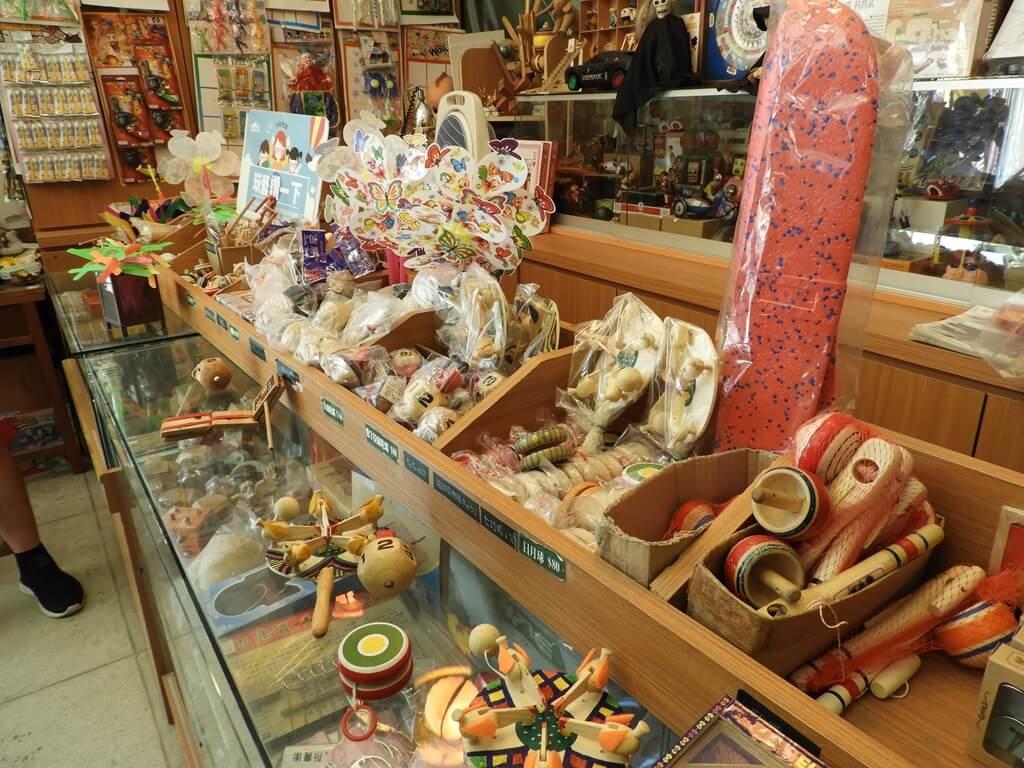 臺灣玩具博物館的圖片:櫃台上各式各樣的童玩
