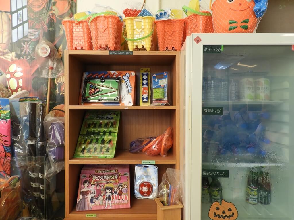 臺灣玩具博物館的圖片:玩具撞球台、特戰英雄、夢幻女孩變裝秀、飲料冰箱