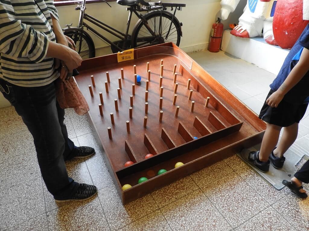 臺灣玩具博物館的圖片:巨大的打彈珠檯