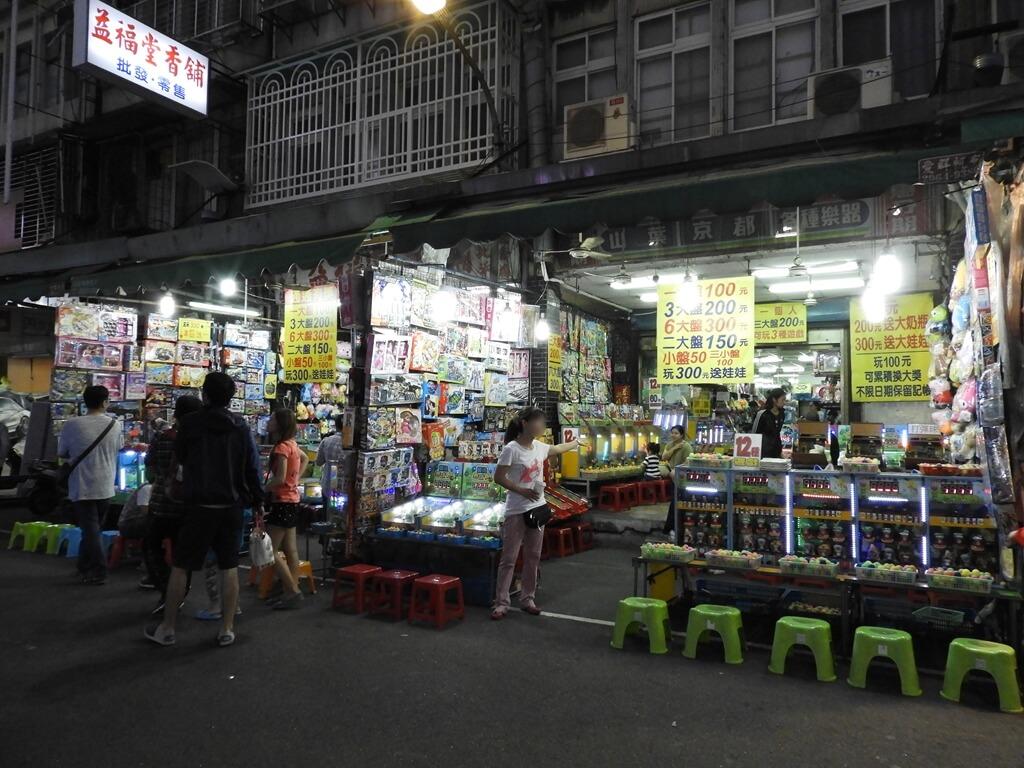 板橋湳雅觀光夜市(南雅夜市)的圖片:夜市常見的彈珠台、遊戲機台