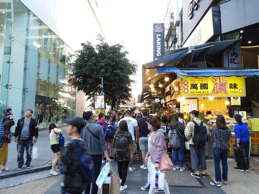 西門町的圖片:漢中街50巷逛街人潮及路口的萬國滷味