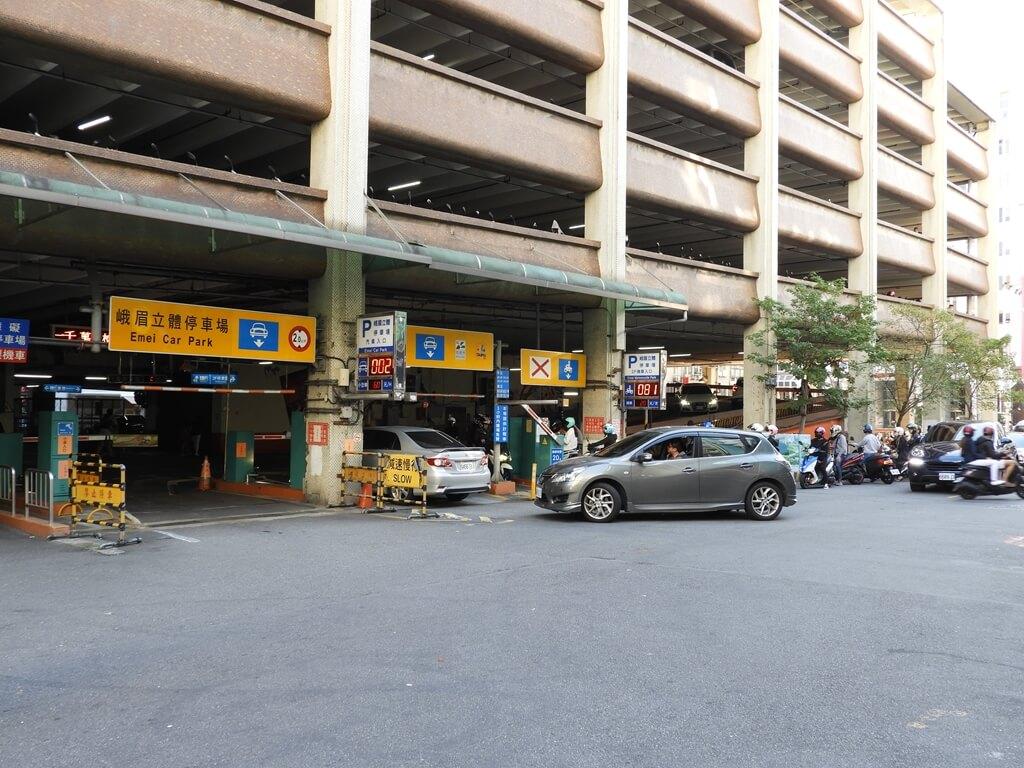 西門町的圖片:峨眉立體停車場的車輛絡繹不絕