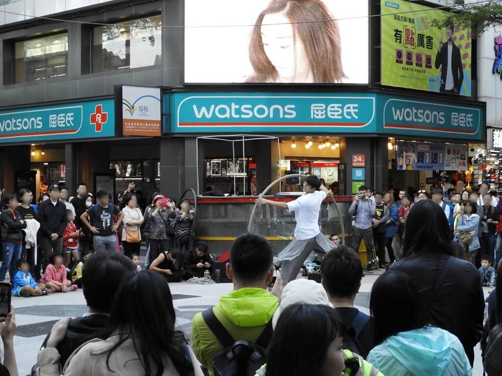西門町的圖片:屈臣氏前十字路口的街頭藝人表演