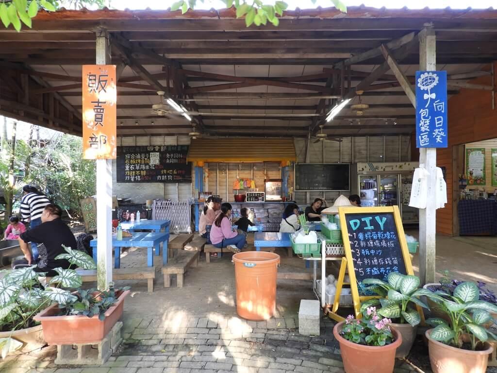 青林農場的圖片:販賣部及吃零食的遊客們