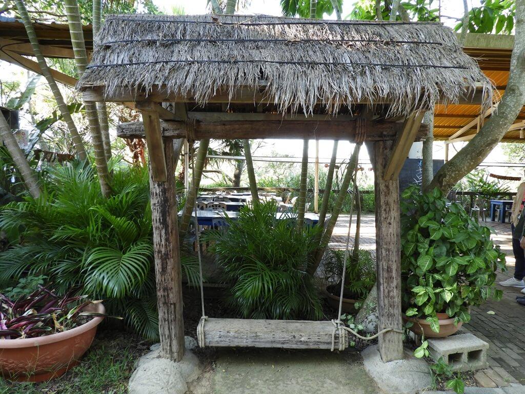 青林農場的圖片:茅草頂的木頭吊椅