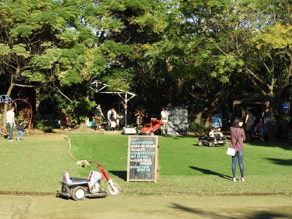 青林農場的圖片:大草皮上的兒童玩具車