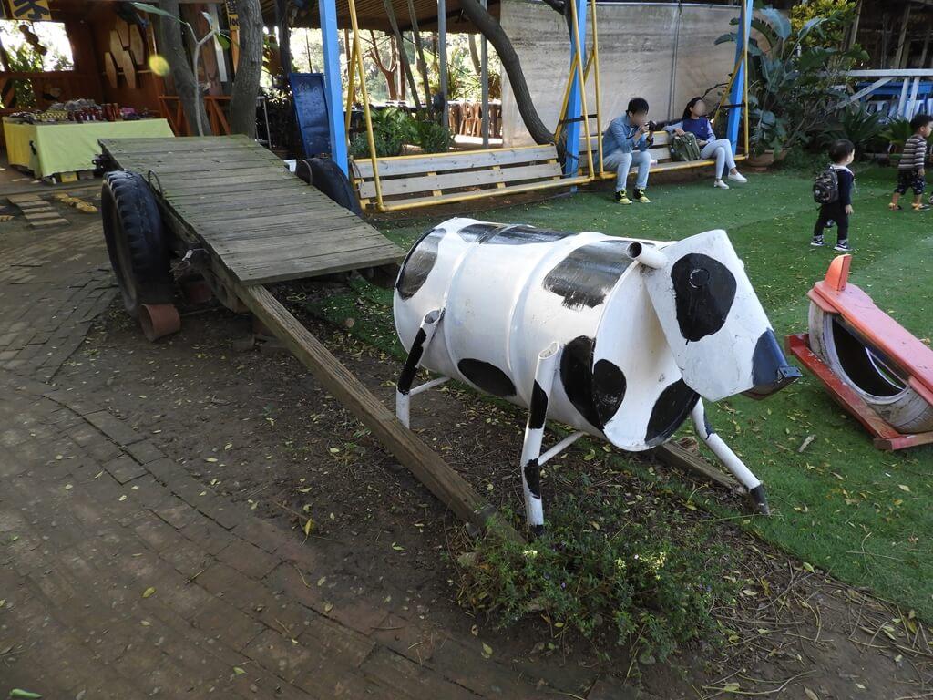 青林農場的圖片:拉著牛車的鐵桶牛