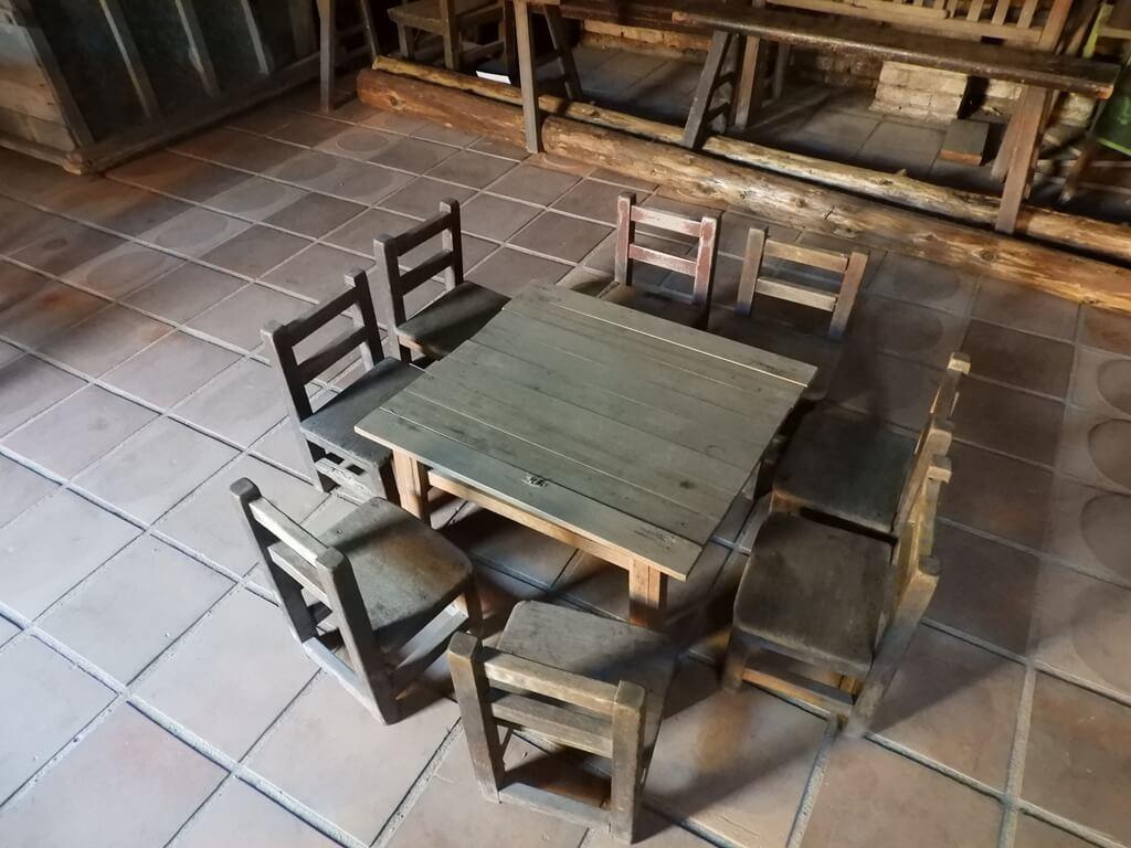 林家古厝休閒農場的圖片:很老舊的低矮木桌椅組