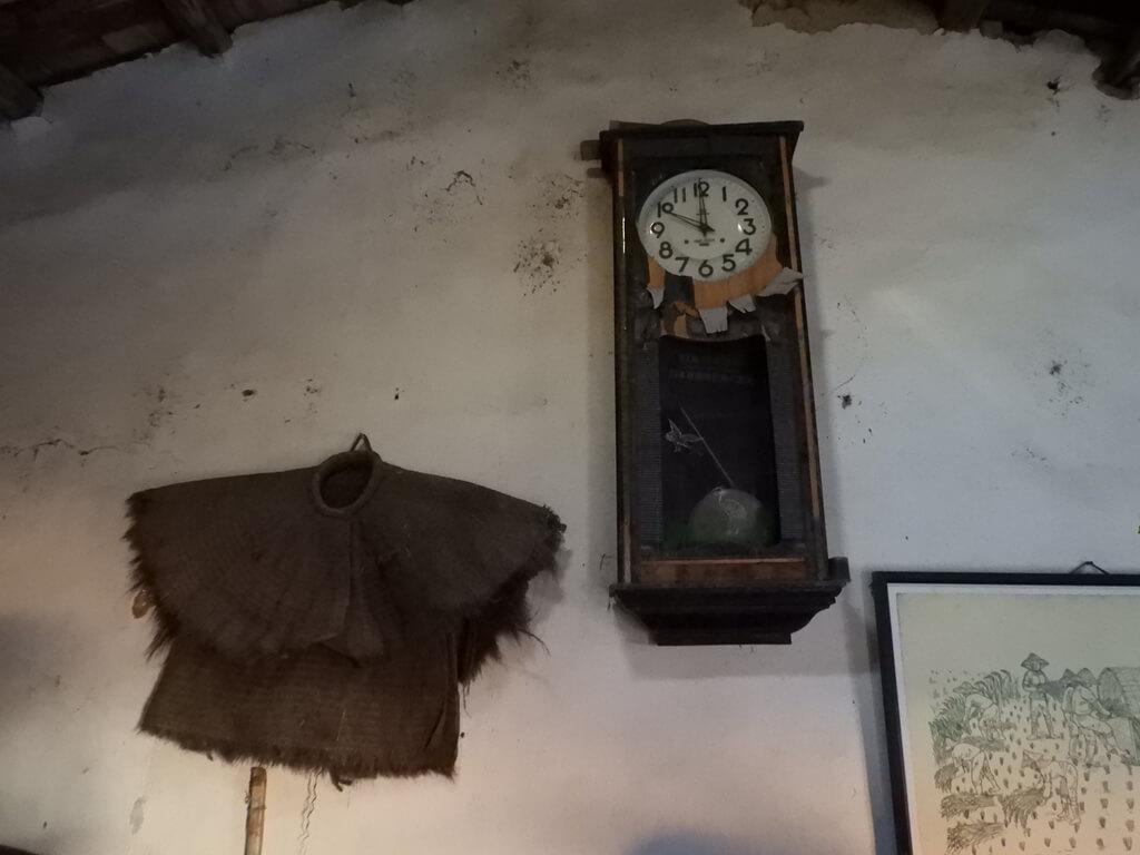 林家古厝休閒農場的圖片:牆壁上的簑衣及老時鐘