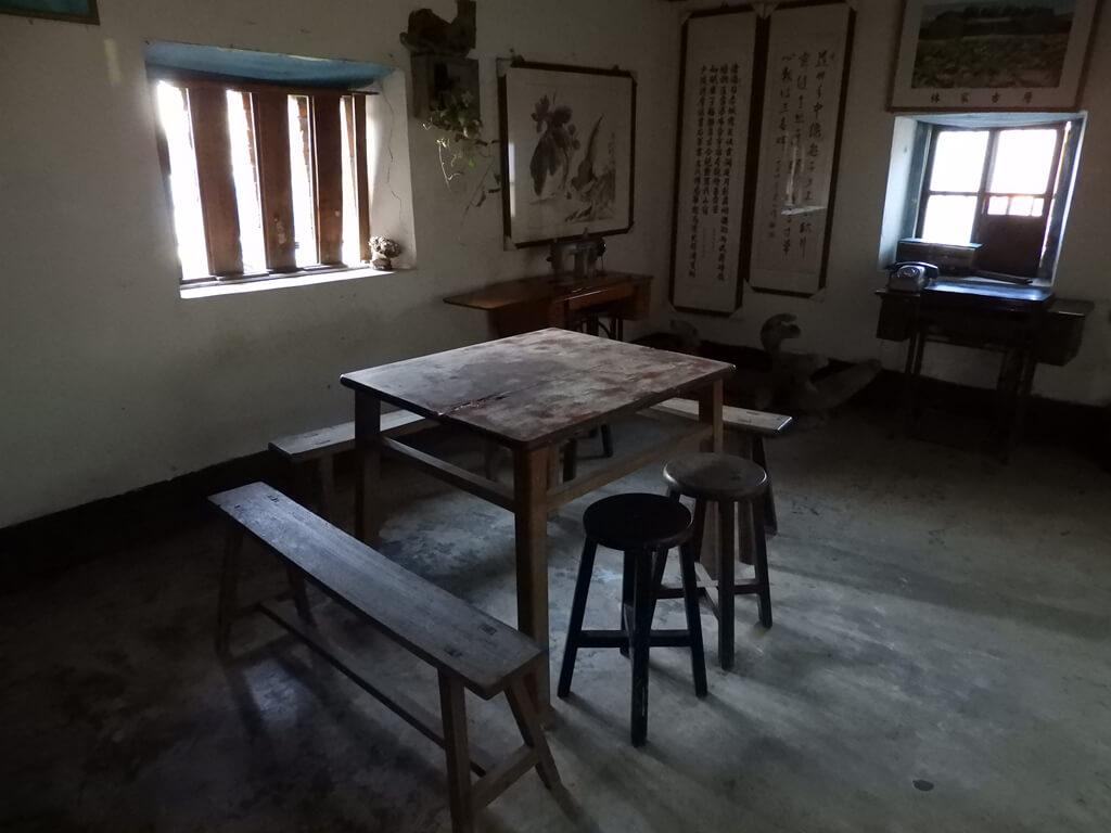 林家古厝休閒農場的圖片:走廊旁的桌椅組