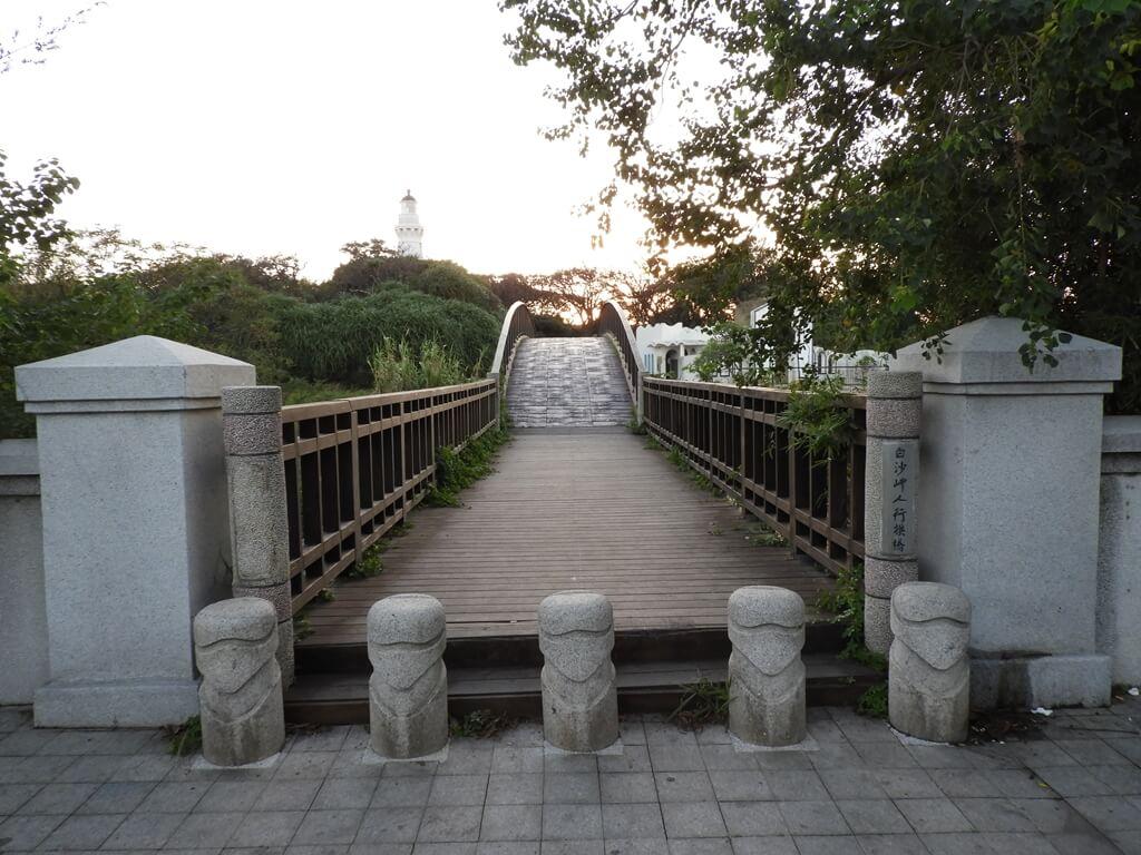 白沙岬燈塔的圖片:人行拱橋前往燈塔方向