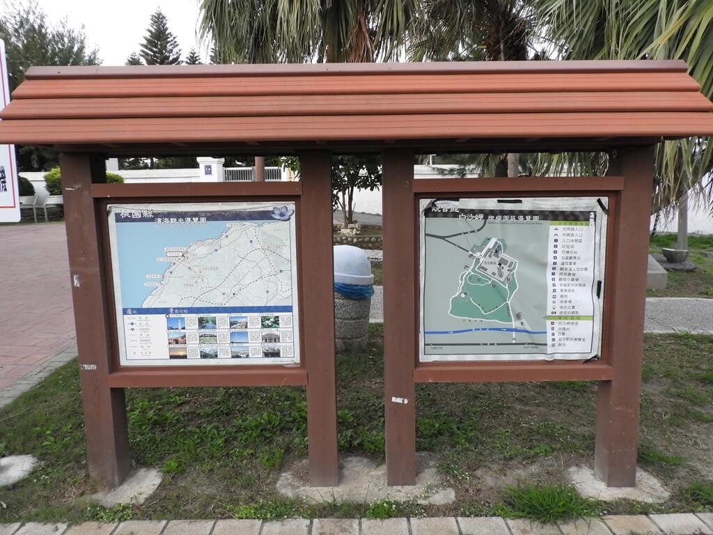 白沙岬燈塔的圖片:入口處的桃園縣濱海觀光導覽圖及燈塔園區圖
