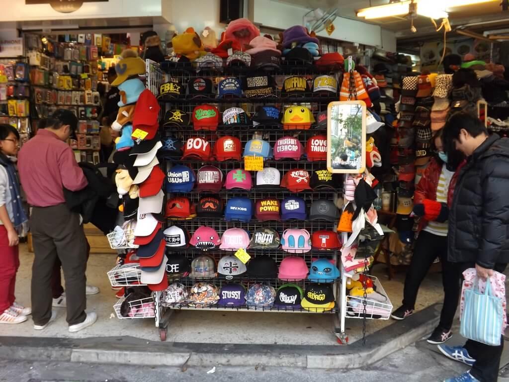 中壢中平路商圈的圖片:各式各樣的鴨舌帽