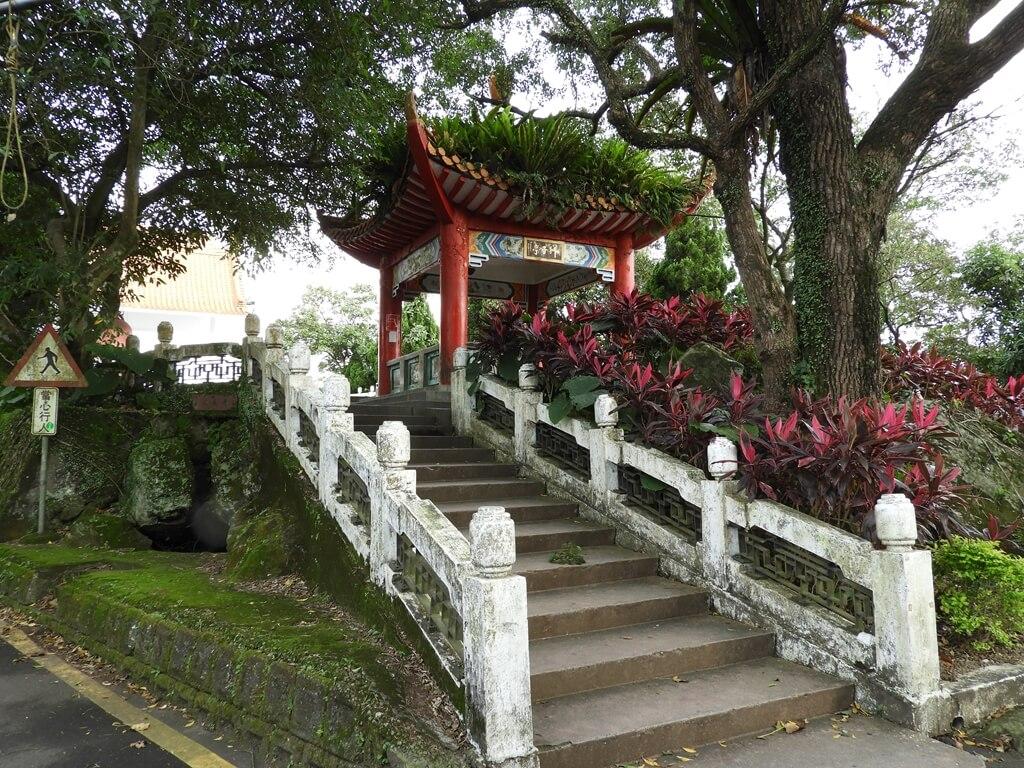 鳶山風景區的圖片:步上鳶山公園的水泥階梯