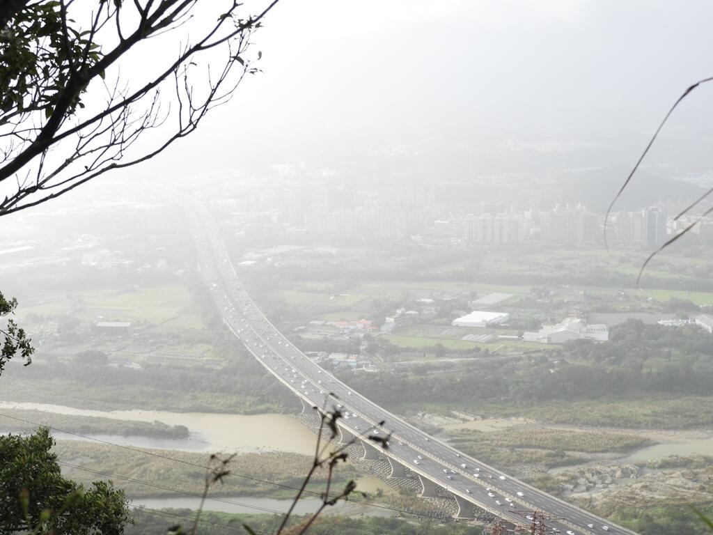 鳶山風景區的圖片:細雨及大霧間眺望國道三號高速公路(北二高)