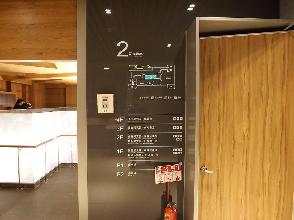 桃園市立圖書館龍岡分館的圖片:電梯旁的樓層簡介