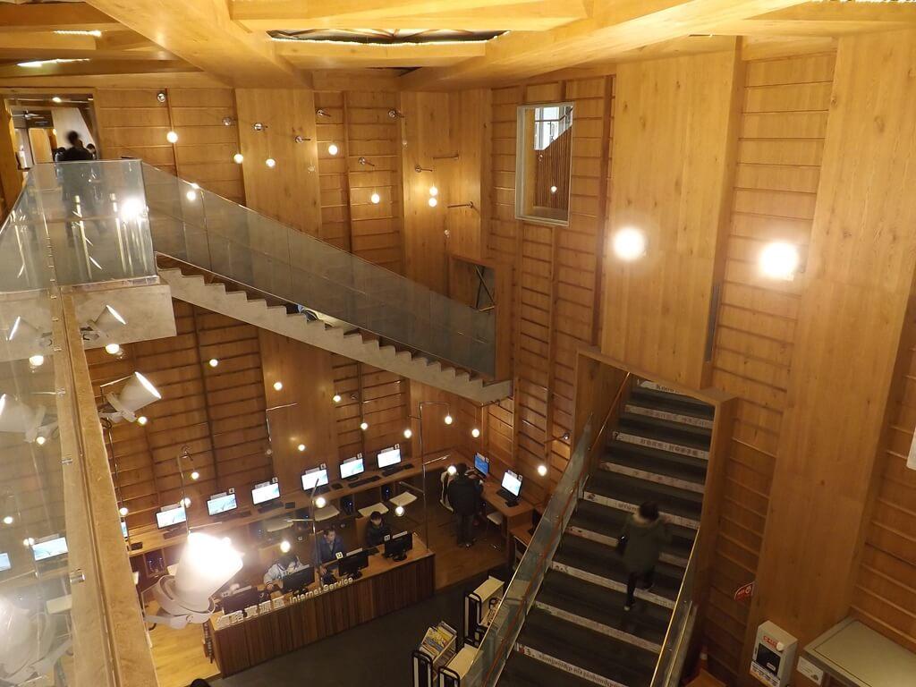 桃園市立圖書館龍岡分館的圖片:木製內裝圖二