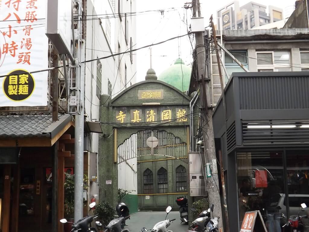 龍岡清真寺的圖片:龍東路上的龍岡清真寺入口,看到綠色圓頂造型