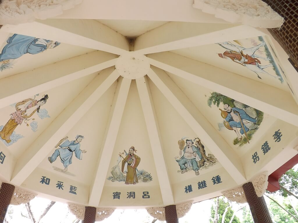馬祖新村眷村文創園區的圖片:悅心亭屋頂內的畫作